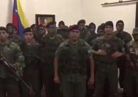 "Militares se pronuncian contra la ""tiranía asesina de Nicolás Maduro"". (Foto Prensa Libre: Juan Caguaripano)"