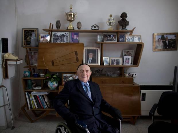 Israel Kristal tiene 112 años y sobrevivió al Holocausto.