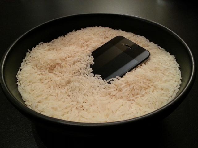Meter el móvil en arroz suele funcionar. (Foto: Hemeroteca PL).