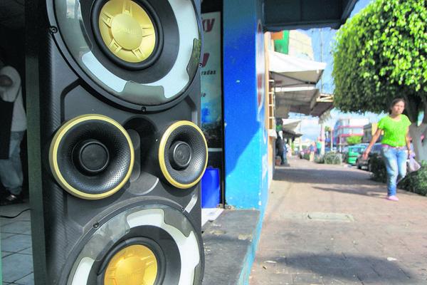 En Guatemala  no existe una ley que evite la emisión de sonidos estruendosos en las calles. (Foto Prensa Libre: Edwin Bercián)