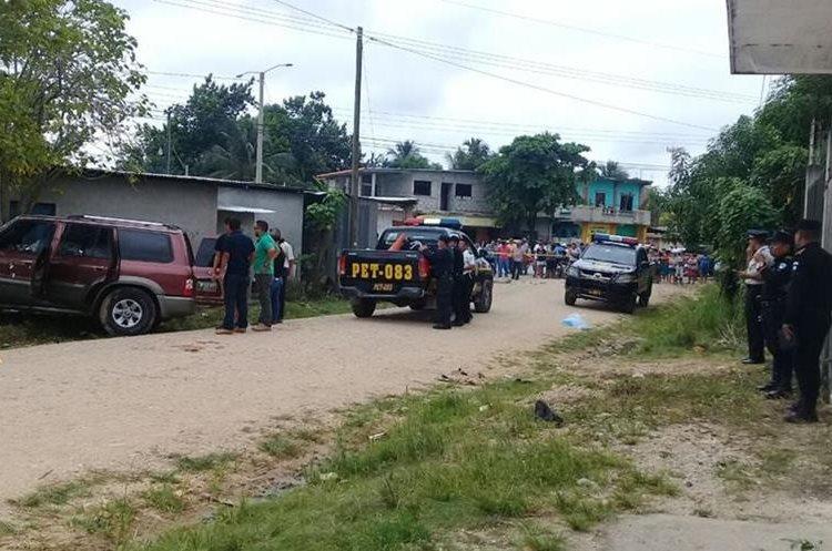 Álvaro Díaz y su hijo José Díaz fueron ultimados en San Benito, Petén. (Foto Prensa Libre: Rigoberto Escobar)