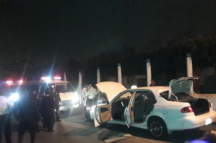 Taxi donde se transportaban los atacantes. Foto Prensa Libre: Bomberos Voluntarios.