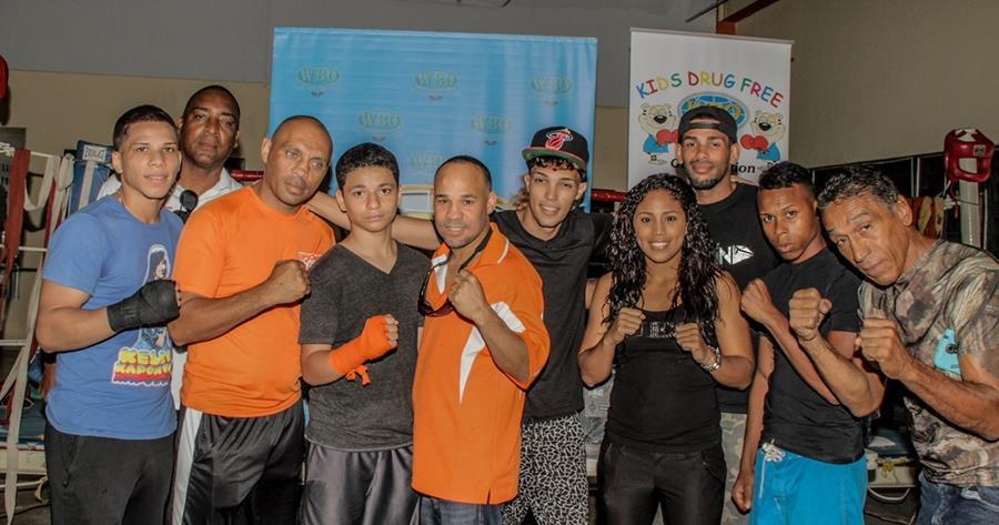 Varios de los jóvenes que recibieron hoy, de parte de la OMB,equipo deportivo para continuar practicando su deporte. (Foto Prensa Libre: EFE)