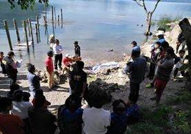 El cadáver de Hernando Cumes Nimacachí fue localizado en el Lago de Atitlán. (Foto Prensa Libre: Ángel Julajuj)