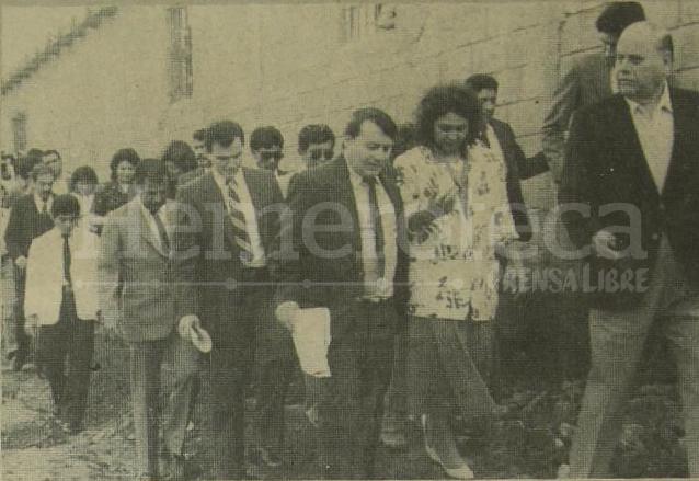 La comitiva de las autoridades recorriendo las instalaciones de la granja penal de Pavón el 24 de septiembre de 1986 día del Reo. (Foto: Hemeroteca PL)