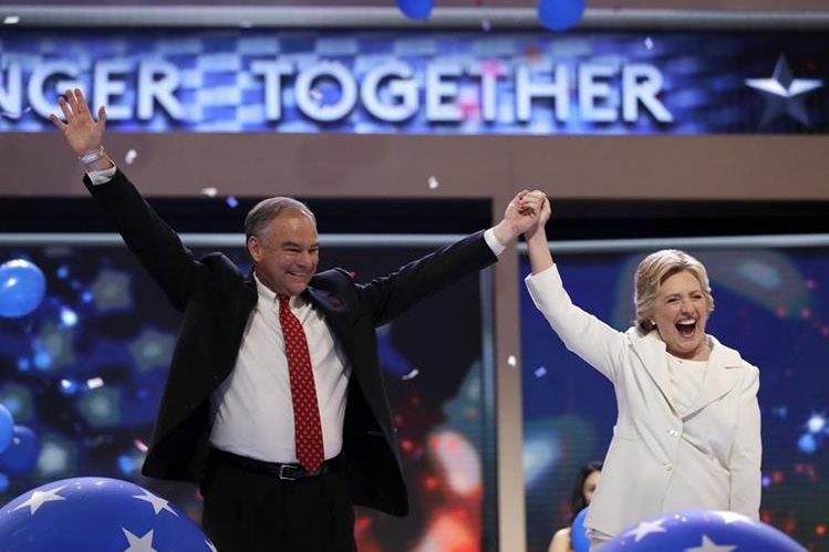 Hillary Clinton alza los brazos junto a al vicepresidenciable Tim Kaine, tras aceptar la nominación del Partido Demócrata. (Foto Prensa Libre: AP).