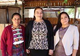 De izquierda a derecha, María Lucas, Aury Cifuentes y Lucila Ramirez, las tres maestras homenajeadas. (Foto Prensa Libre: María José Longo)
