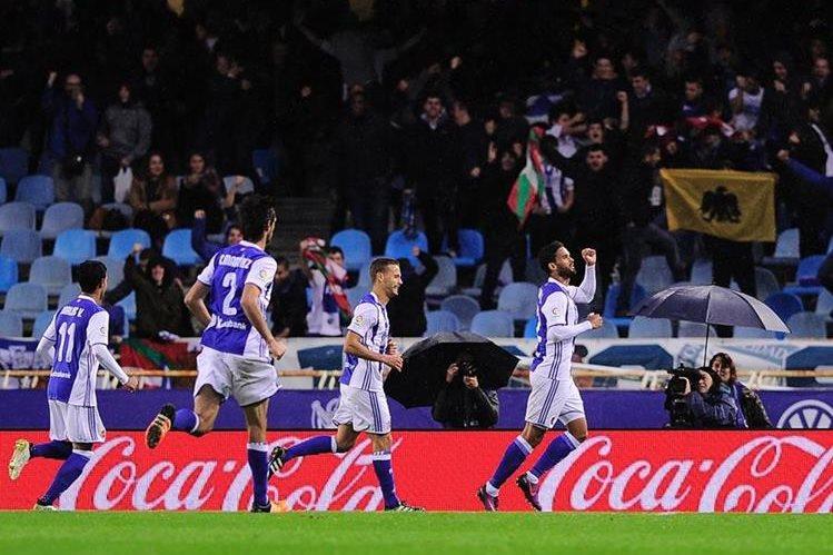 La Real Sociedad sepultó las esperanzas del Atlético de quedarse con el liderato provisional. (Foto Prensa Libre: AFP)