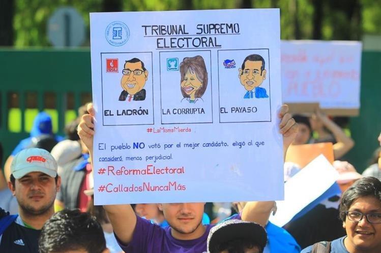 Guatemaltecos se movilizan para pedir renuncia del presidente por corrupción