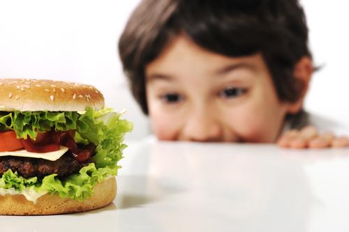 """El consumo habitual de """"comida chatarra"""" contribuye al sobrepeso y la obesidad en los niños y jóvenes. (Foto Prensa Libre: Shutterstock)."""