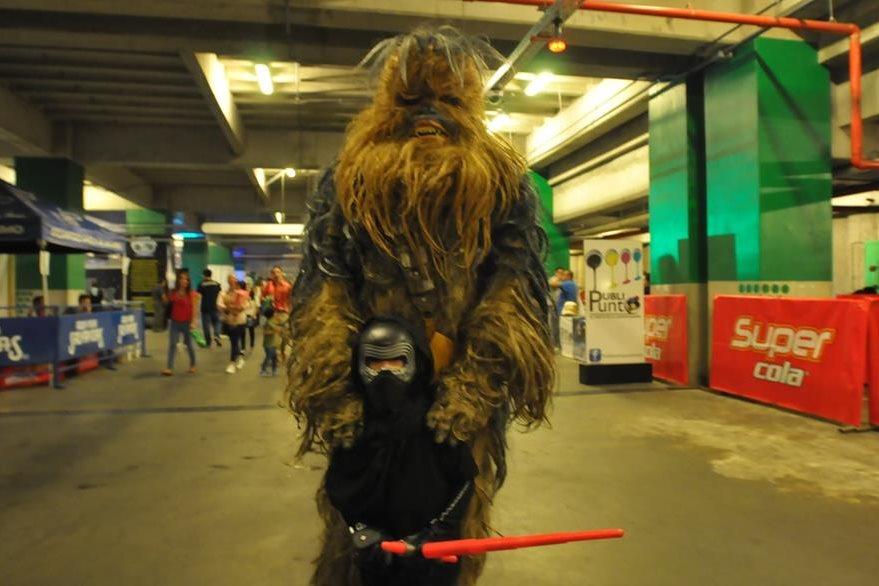 Pablo Méndez llegó disfrazado de Darth Vader y posó junto a Chewbacca. (Foto Prensa Libre: Ana Lucía Ola)