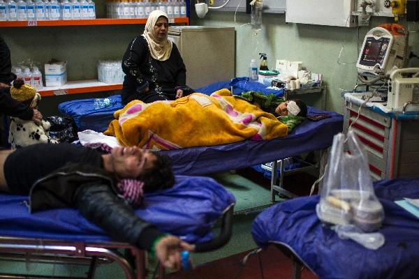Una iraquí acompaña a su hijo herido por el atentado en Mosul en un hospital en Erbil.(AFP).