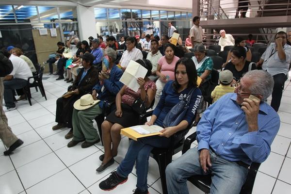 <p>Personas hacen cola para tramitar su DPI. (Foto Prensa Libre: Archivo)<br></p>