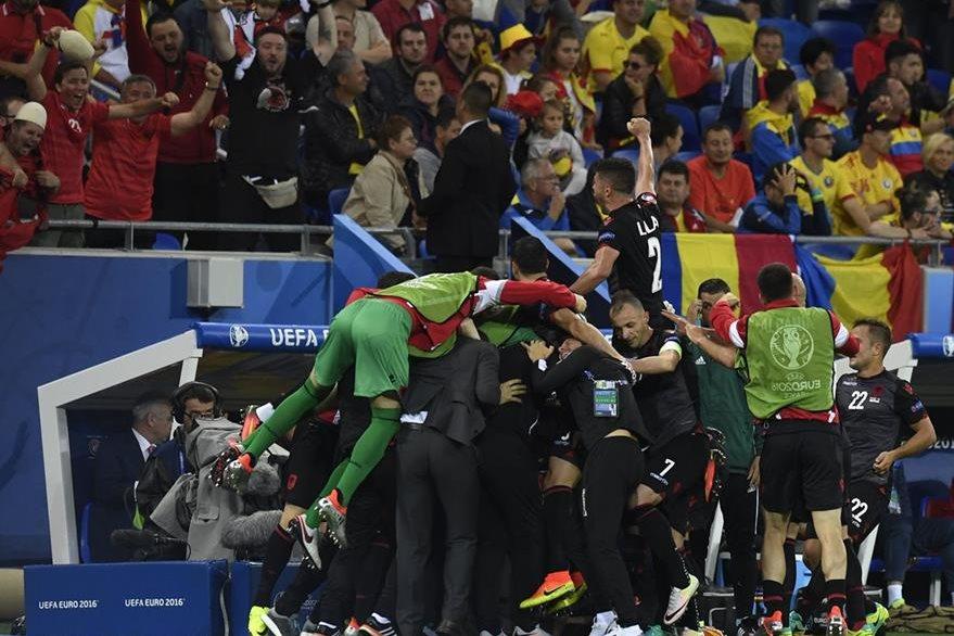 Los jugadores de Albania celebran el gol frente a Rumania este domingo. (Foto Prensa Libre: AFP)