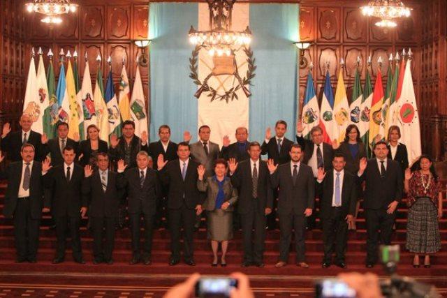 Los 22 funcionarios toman el juramento en el Palacio Nacional. (Foto Prensa Libre: Esbin García)