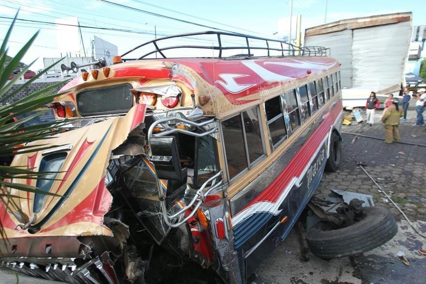 El bus quedó destruído luego de colisionar contra la gasolinera. (Foto Prensa Libre: Érick Ávila)
