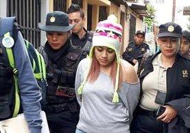 Capturan a Aracely Castro de 22 años sindicada de pertenecer a una red de trata de menores. (Foto Prensa Libre: PNC)