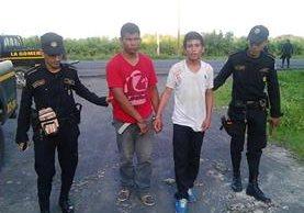 Capturados son trasladados a un juzgado en la cabecera de Escuintla por agentes de la PNC. (Foto Prensa Libre: PNC)