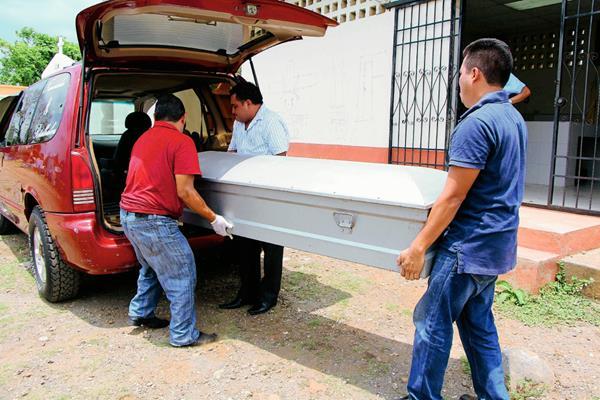 Parientes retiran  de la morgue de Retalhuleu el féretro de Nery Ramos, quien fue ultimado por su suegro. (Foto Prensa Libre: Rolando Miranda)