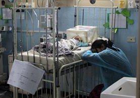 Madre acompaña a su hijo, quien permanece internado por neumonía, en la Pediatría del Hospital Regional de Occidente, en Quetzaltenango. (Foto Prensa Libre: Carlos Ventura)
