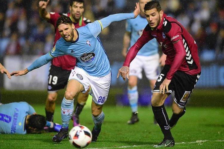 El Celta de Vigo se complicó la vida en el juego de ida de la Copa del Rey contra el Alavés. (Foto Prensa Libre:AFP)