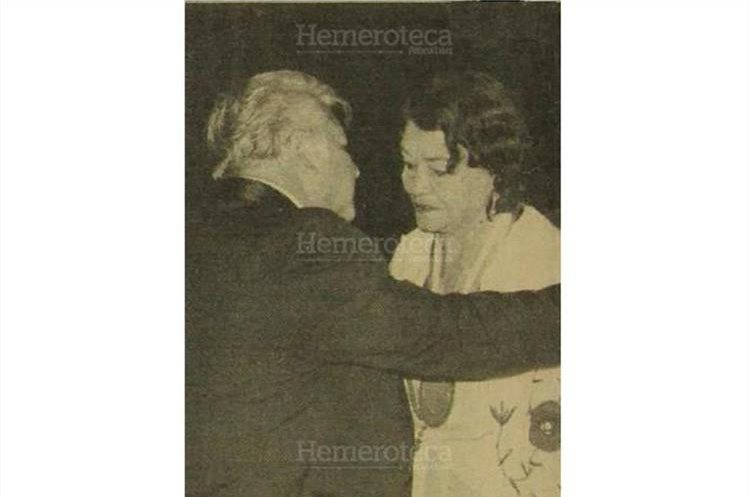 La señora Goyita Alvarado viuda de Navarro, recibe la condecoración por ser pioneros  del circo en Guatemala homenaje , 28/10/1982 . (Foto: Hemeroteca PL)