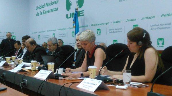 Susanne Marston responde a diputados de la bancada UNE. (Foto Prensa Libre: Carlos Álvarez)