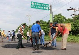Vecinos trabajaron por varias horas para arreglar la ruta.(Foto Prensa Libre: Whitmer Barrera.)