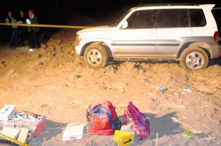 Fiscales del  MP recolectan evidencias en el lugar donde encontraron un cadáver torturado, en Zacualpa, Quiché. (Foto Prensa Libre: Óscar Figueroa)