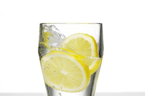 Agregar rodajas  de fruta al agua brinda un sabor agradable.