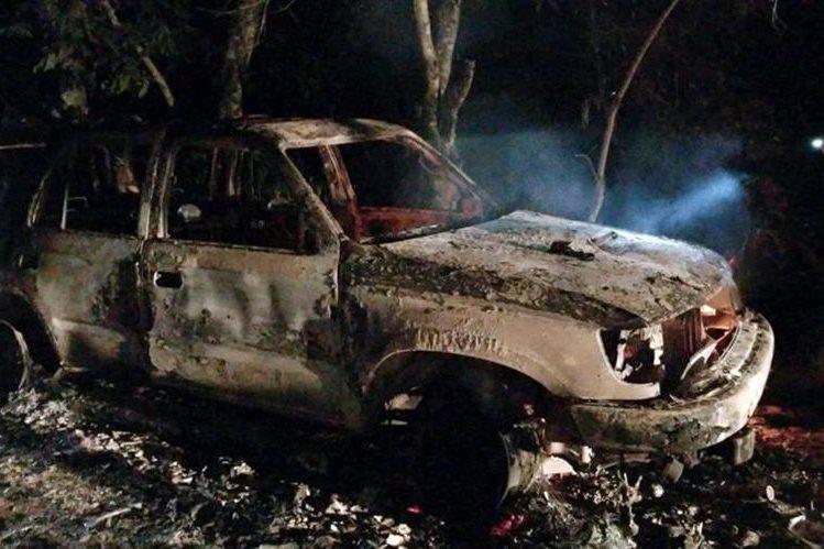 Autoridades aún no determinan si en el vehículo hay restos de fallecidos. (Foto Prensa Libre: Dony Stewart)