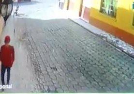El hombre roba la prenda de vestir cuando nadie transita por el lugar. (Foto Prensa Libre: Mario Morales)
