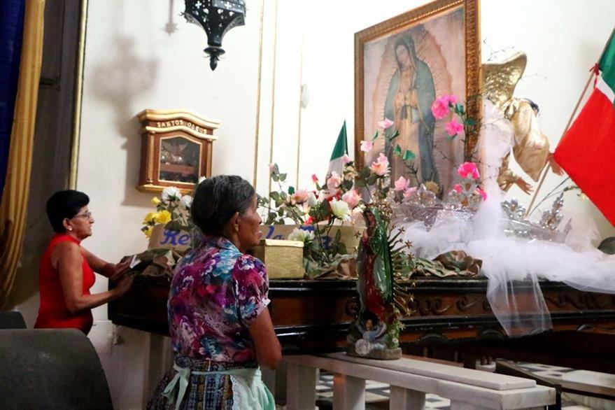 Fieles católicas rezan frente a la imagen de la Virgen de Guadalupe en la iglesia San Antonio de Padua, en Retalhuleu. (Foto Prensa Libre: Rolando Miranda).