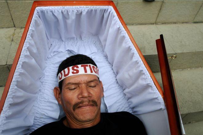 """Los afectados por el """"jarabe de la muerte"""" se manifiestan recurrentemente para que se les haga justicia. GETTY IMAGES"""