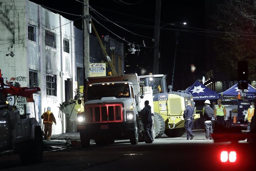 Equipos de emergencia trabajan en retirar los escombros del lugar para identificar a más víctimas. (Foto Prensa Libre: AP).