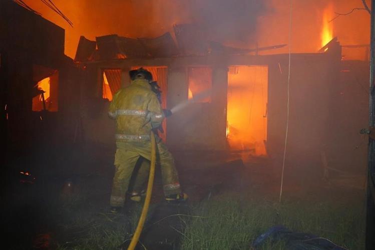 El incendió consumió cuatro bodegas donde se almacenaba ropa y electrodomésticos. (Foto Prensa Libre: Rolando Miranda)