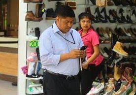 Muchas personas acostumbran a usar el celular mientras caminan.