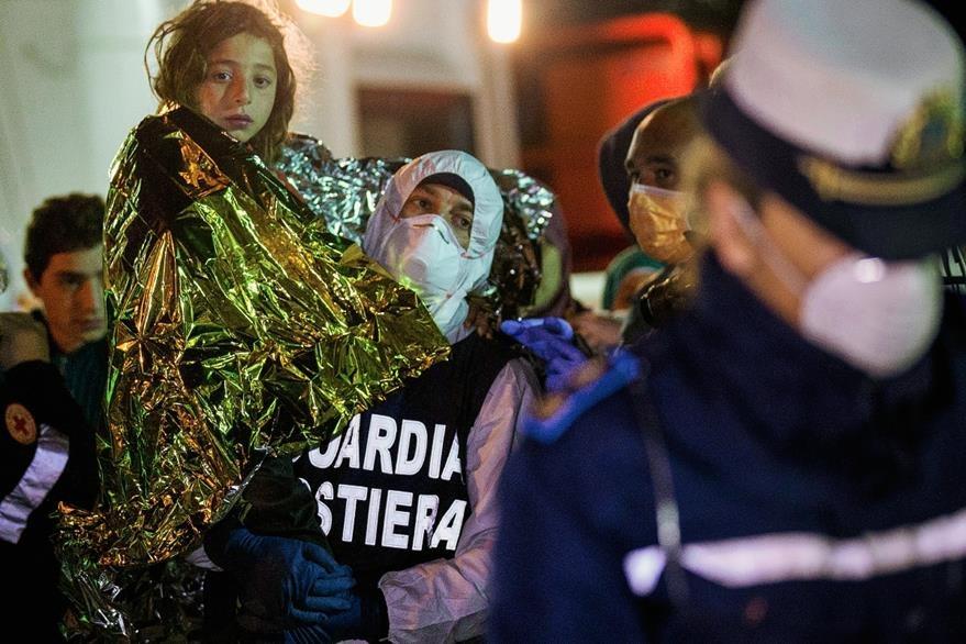 Una niñA  es puesta a salvo al arribar a un puerto italiano después del extenuante y riesgoso viaje. (Foto Prensa Libre. AP).