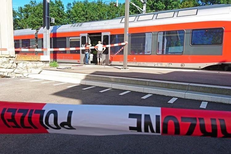 La Policía resguarda el tren donde un hombre atacó a pasajeros. (Foto Prensa Libre: AFP)