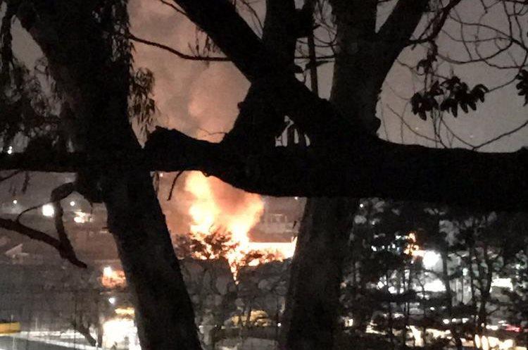 El incendio se puede observar desde colonias aledañas. Foto Prensa Libre:@Dgeorgett