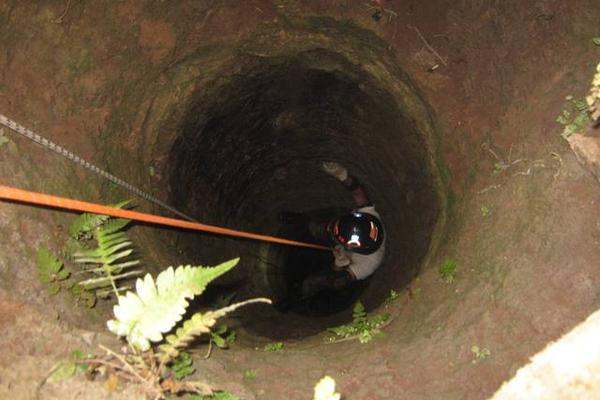 Socorristas rescatan el cadáver de Víctor Hugo Jiménez López, de 27 años, de un pozo, ubicado San Rafael Las Flores, Santa Rosa. (Foto Prensa Libre: HemerotecaPL)