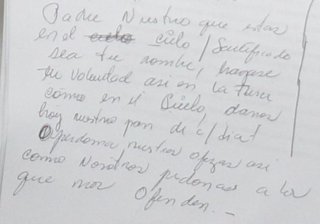 Una de las hojas donde Roxana Baldetti escribió el Padre Nuestro, durante la audiencia de este lunes. (Foto Prensa Libre: Esbin García)