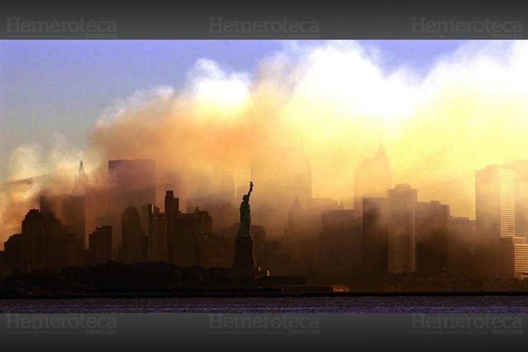 Una nube de polvo cubre la isla de Manhattan luego de los atentados terroristas. (Foto: Hemeroteca PL)