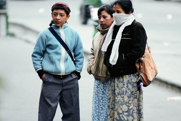 Pobladores de  Xelajú salieron abrigados de sus viviendas esta mañana, debido al frío que se registró. (Foto Prensa Libre: Carlos Ventura)
