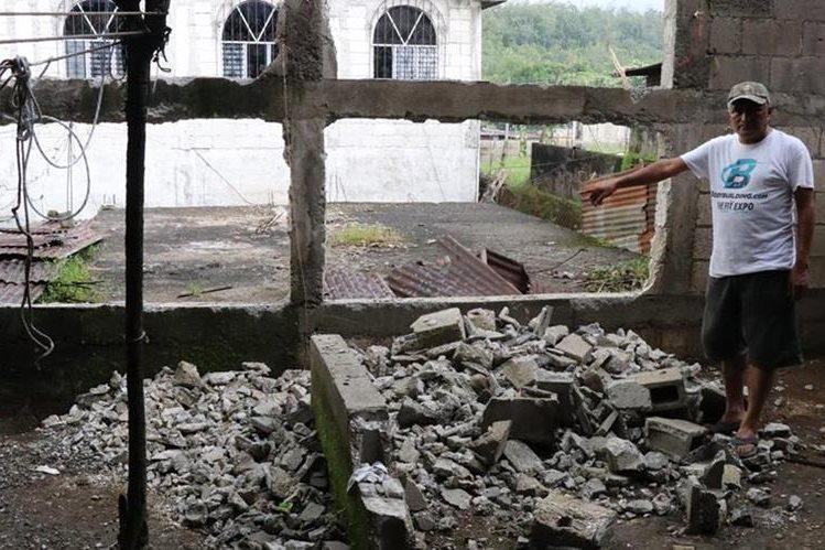 El vecino Mario Méndez muestra el lugar donde colapsó el drenaje. (Foto Prensa Libre: Cristian Soto).