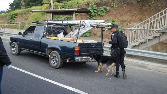 En el automóvil se intentó esconder US$1 millón 114 mil 60. (Foto Prensa Libre: HemerotecaPL)
