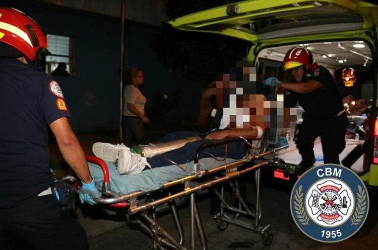 Uno de los heridos en el ataque armado en El Mezquital es trasladado al hospital. (Foto Prensa Libre: Bomberos Municipales).