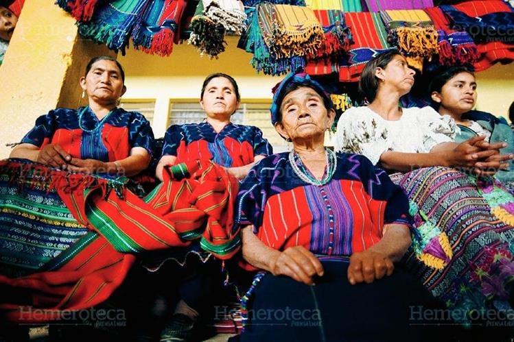 Las tejedoras posan orgullosas con sus tejidos. (Foto: Carlos Sebastián 2002)