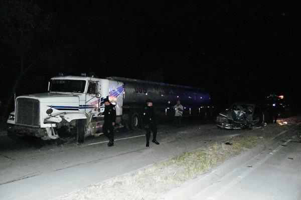 Agentes de la Policía Nacional Civil examinan el lugar en donde un tráiler chocó con un picop, en Tecpán Guatemala, Chimaltenango. (Foto Prensa Libre: José Rosales)