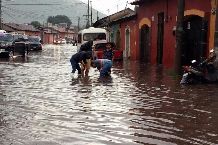 La Calle Ancha de los Herreros, en Antigua Guatemala, quedó inundada. (Foto Prensa Libre: Cortesía)